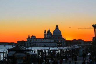 Grand Canal Gondola Ride With Romantic Serenade And Dinner