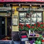 Benvenuti nell'affascinante Linz, un luogo famoso per la sua ricca vita culturale con numerosi musei e un attraente paesaggio caratterizzato dal Danubio e dalle verdi colline.  Vuoi scoprirla meglio? Noi abbiamo guide turistiche esperte e locali in grado di raccontarti i segreti della città austriaca 🧔  #linz #austria #guideturistiche #walkingtour #visiteguidate #cittaeuropee #europa #viaggiainautunno #tourguide #danubio