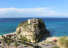 Tropea between white beaches and incredible sunsets